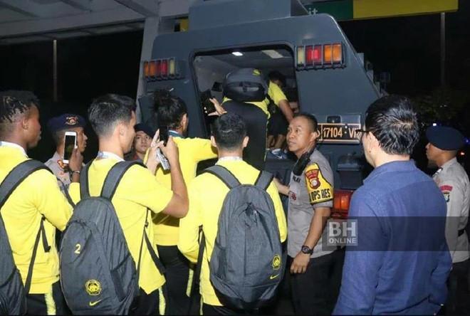 Cầu thủ Malaysia thoát thân bằng xe bọc thép sau khi hạ Indonesia Ảnh 1