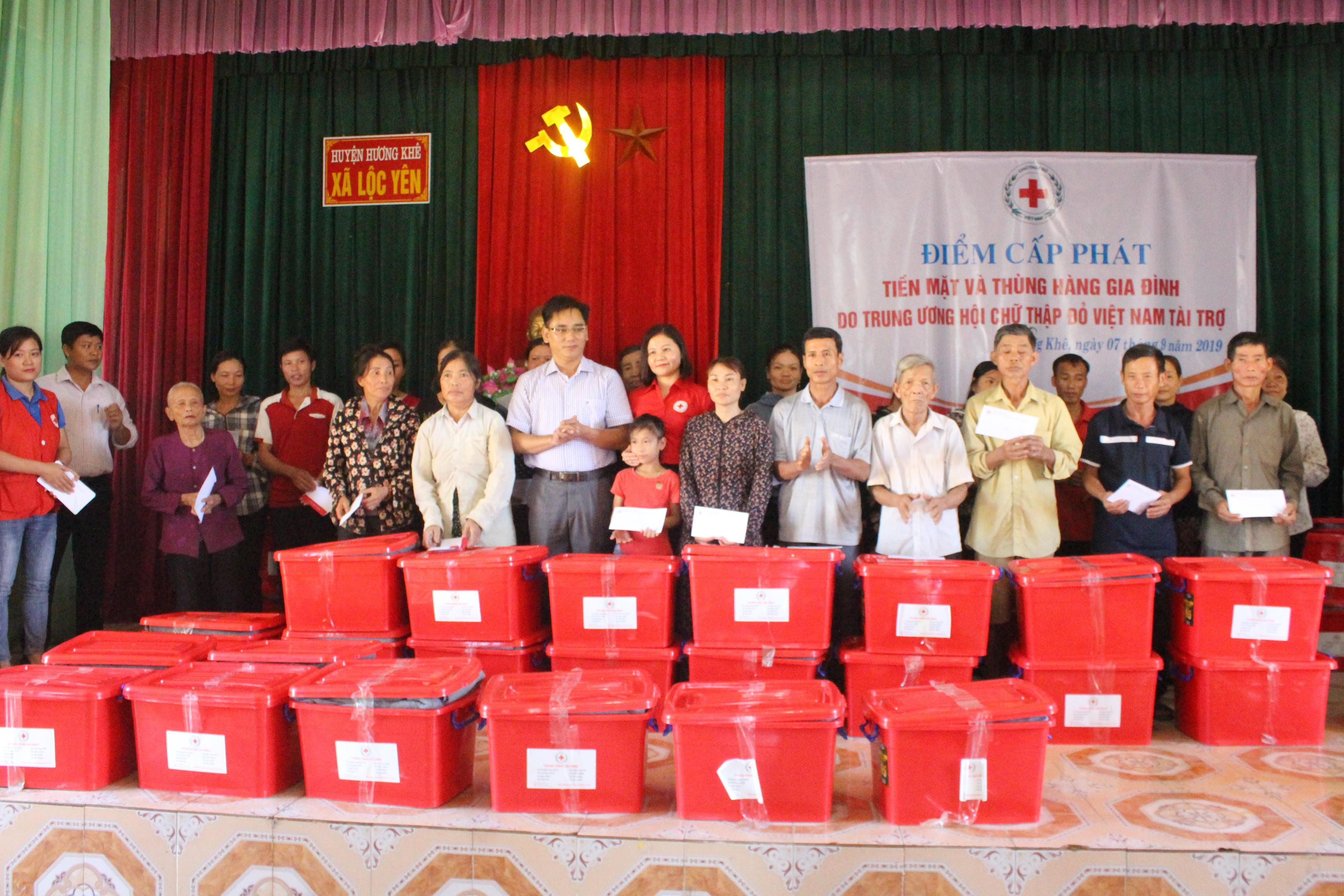 Hội Chữ thập đỏ tặng quà cứu trợ bà con vùng lũ Hà Tĩnh Ảnh 2