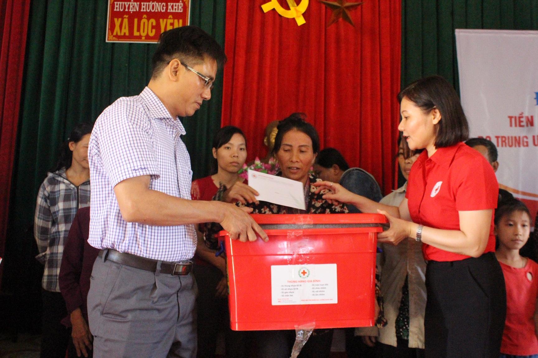 Hội Chữ thập đỏ tặng quà cứu trợ bà con vùng lũ Hà Tĩnh Ảnh 1
