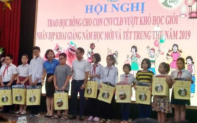 Hà Nội: Trao 80 suất học bổng cho con CNVC-LĐ vượt khó học giỏi Ảnh 1