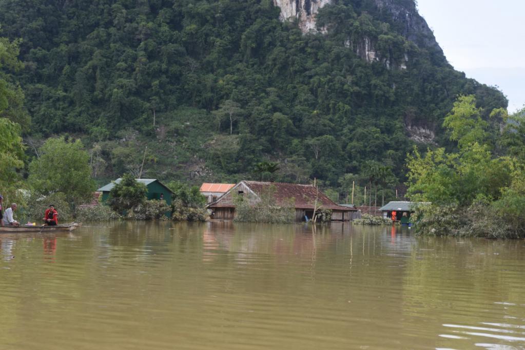 Xót xa những ngôi nhà bị ngập đến nóc ở vùng lũ Quảng Bình Ảnh 1