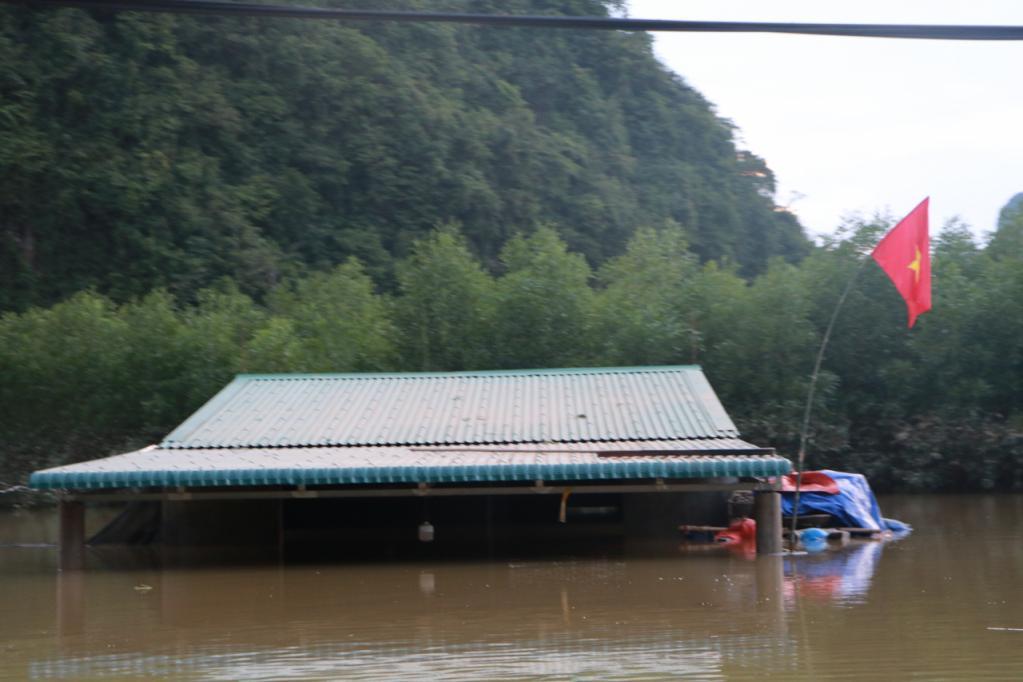 Xót xa những ngôi nhà bị ngập đến nóc ở vùng lũ Quảng Bình Ảnh 11