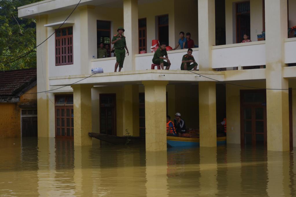 Xót xa những ngôi nhà bị ngập đến nóc ở vùng lũ Quảng Bình Ảnh 13