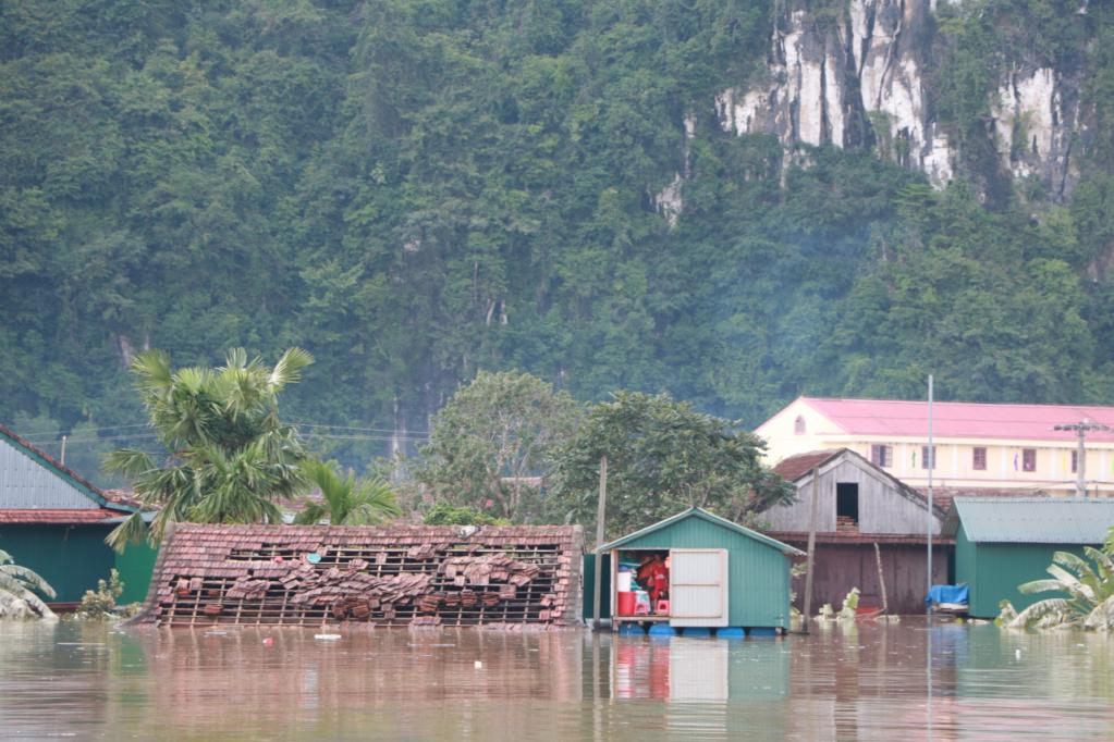 Xót xa những ngôi nhà bị ngập đến nóc ở vùng lũ Quảng Bình Ảnh 9