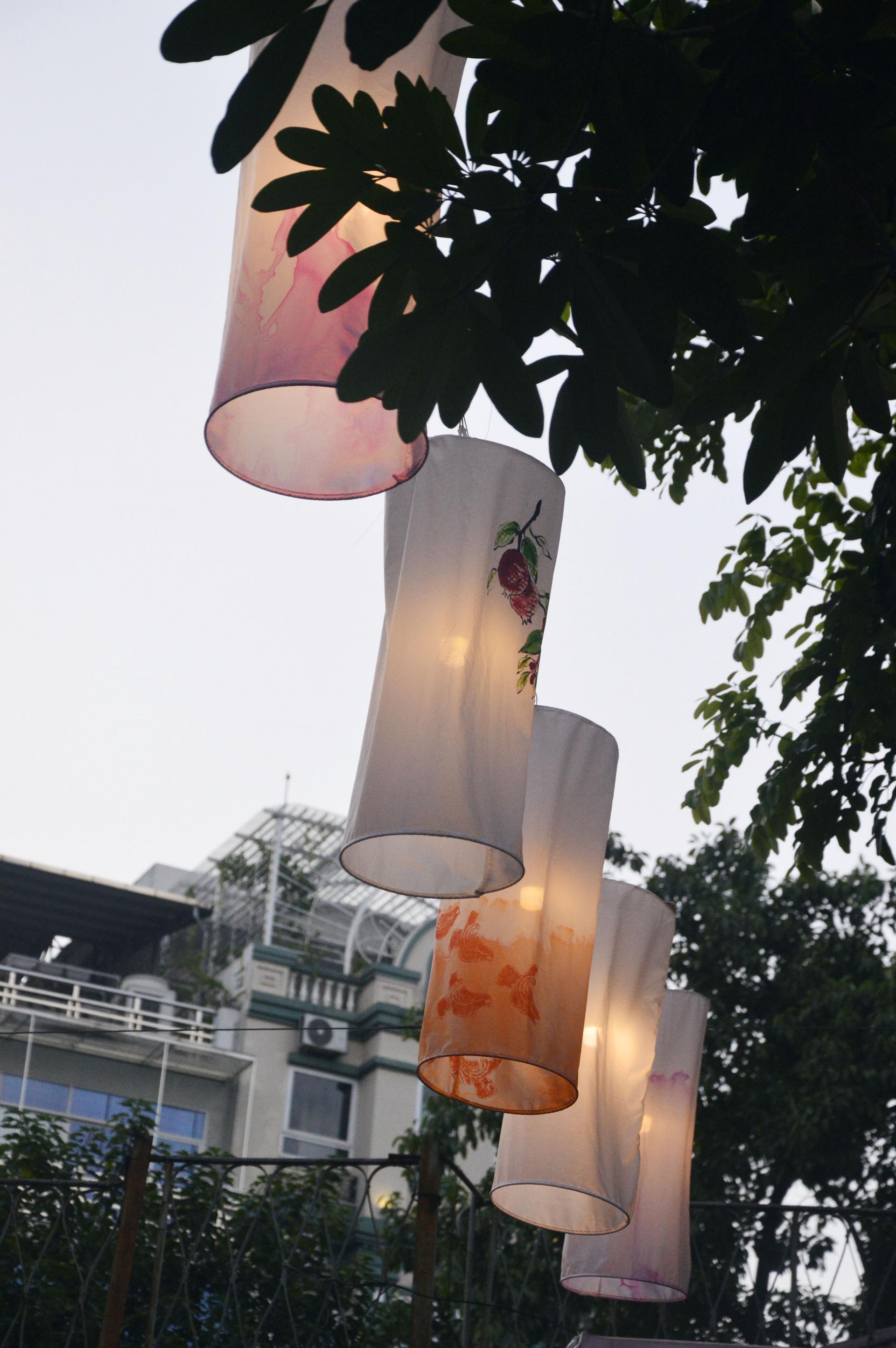 Chùm ảnh: Đi chơi Trung thu, người Hà Nội bất ngờ vì đèn lồng lơ lửng trên đầu Ảnh 8