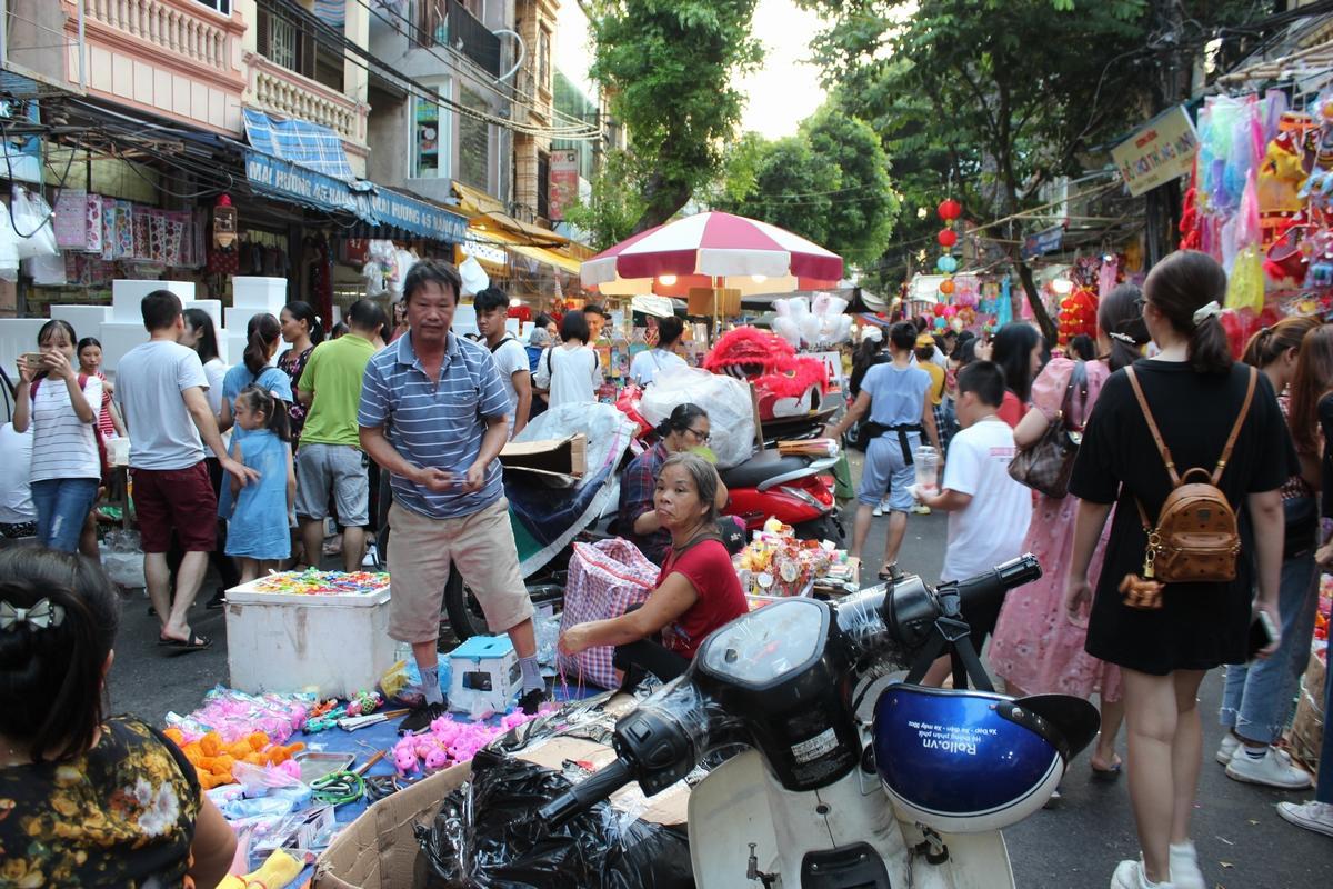Lộn xộn, nhếch nhác... chợ Trung thu phố Hàng Mã Ảnh 8