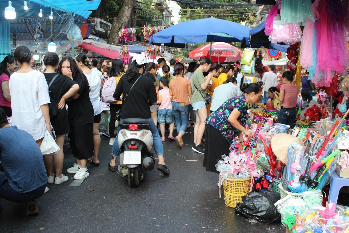 Lộn xộn, nhếch nhác... chợ Trung thu phố Hàng Mã Ảnh 9