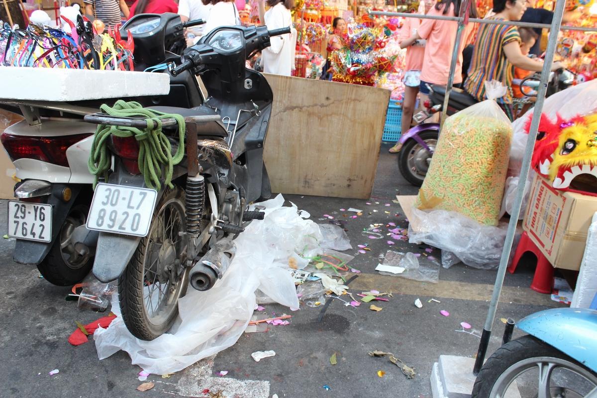 Lộn xộn, nhếch nhác... chợ Trung thu phố Hàng Mã Ảnh 6