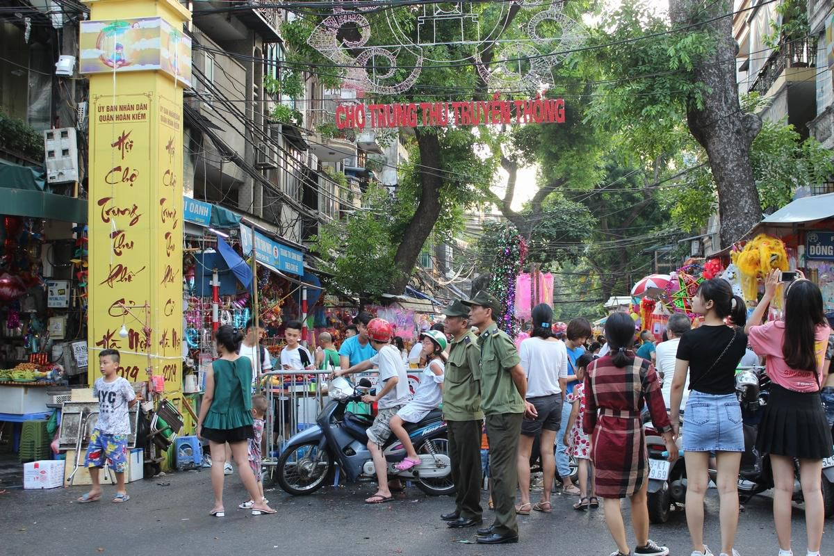Lộn xộn, nhếch nhác... chợ Trung thu phố Hàng Mã Ảnh 1
