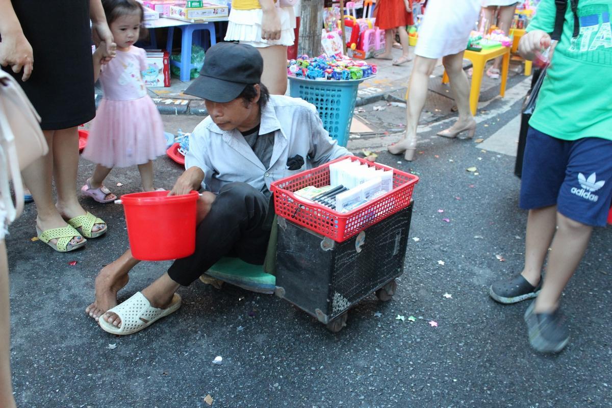 Lộn xộn, nhếch nhác... chợ Trung thu phố Hàng Mã Ảnh 3