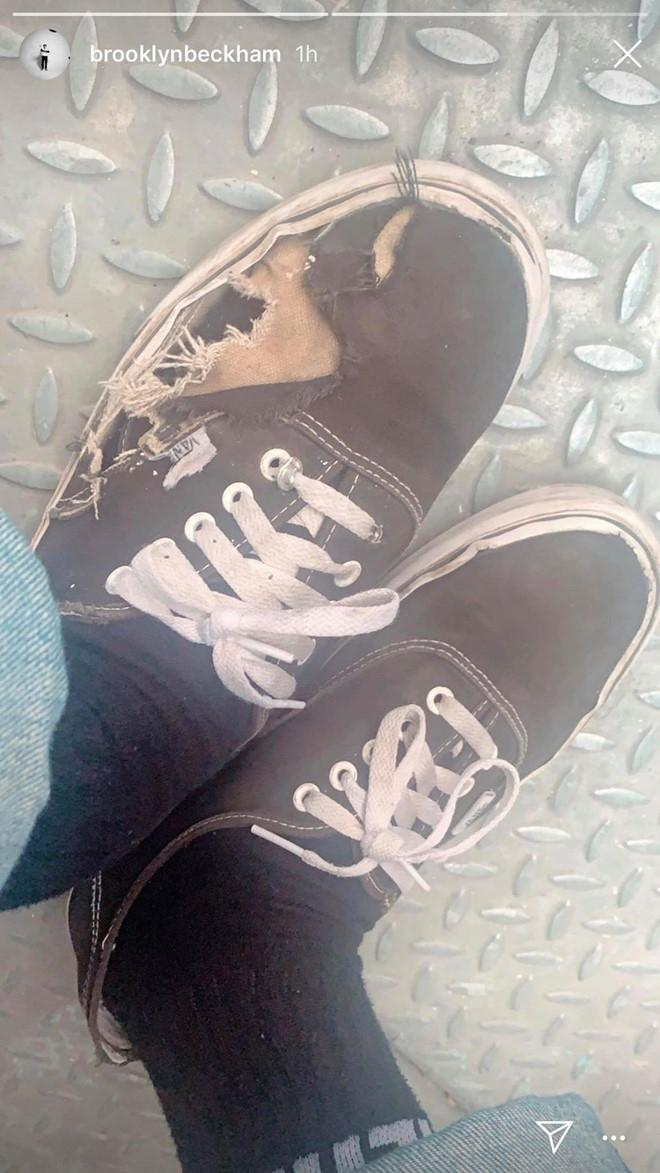 Brooklyn Beckham gây choáng vì đi giày rách Ảnh 1