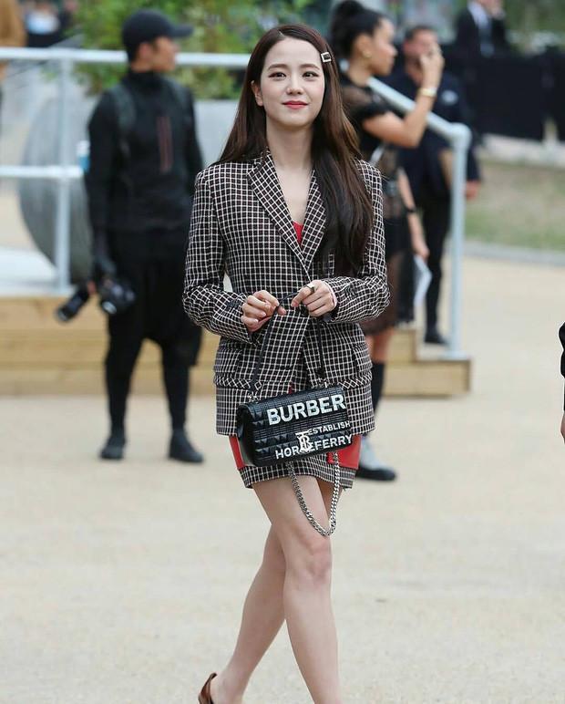 Ra mà xem 'nữ thần' Jisoo Black Pink xinh ngất ngây tại show Burberry Ảnh 6