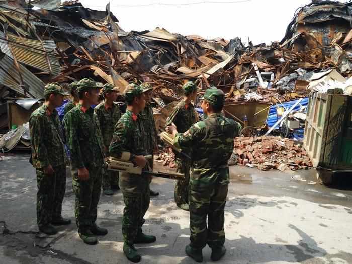 Đã vận chuyển gần 45 tấn rác thải nguy hại sau vụ cháy tại Công ty phích nước Rạng Đông Ảnh 4