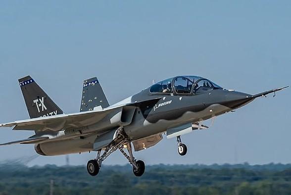 T-7 Red Hawk - trường dạy bay trên không cho phi công chiến đấu cơ F-22 và F-35 Mỹ Ảnh 16