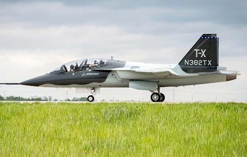 T-7 Red Hawk - trường dạy bay trên không cho phi công chiến đấu cơ F-22 và F-35 Mỹ Ảnh 7