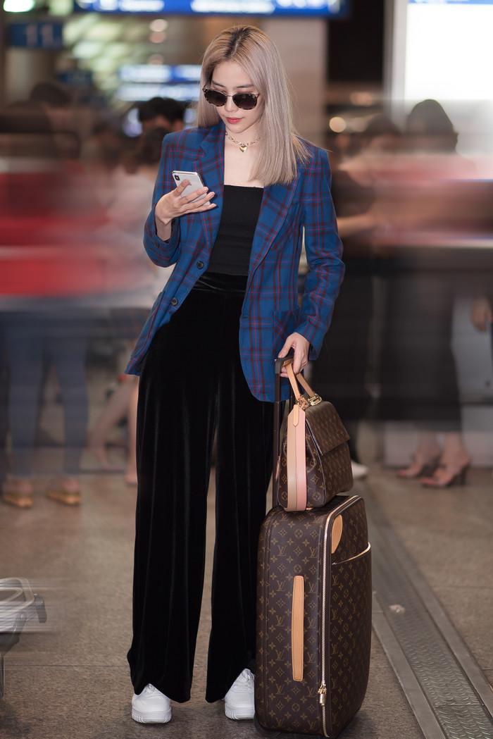 Nam Em diện set đồ 100 triệu đồng, khoe tóc bạch kim da trắng nuột tại sân bay Ảnh 5