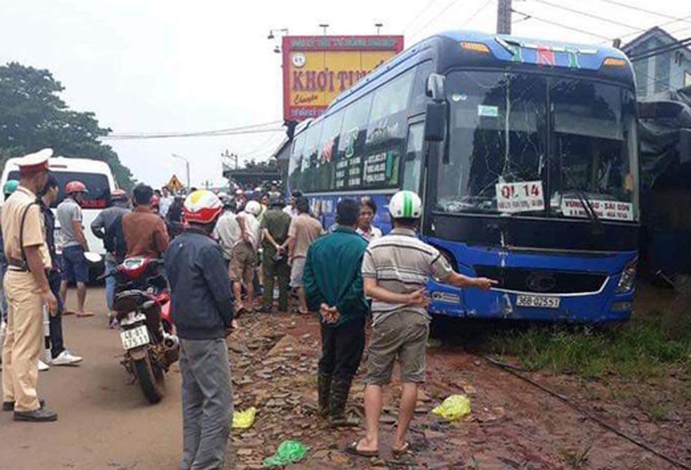 Tai nạn xe khách tông xe máy khiến 2 người tử vong Ảnh 1