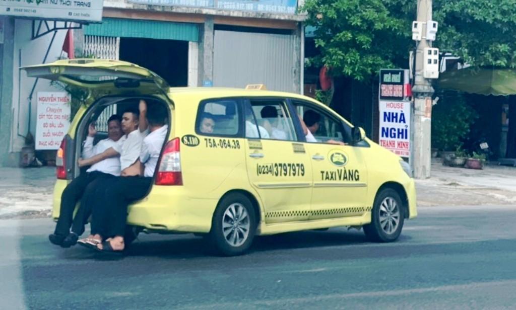 Taxi 'làm xiếc' nhồi nhét 11 người lưu thông trên Quốc lộ 1 Ảnh 1