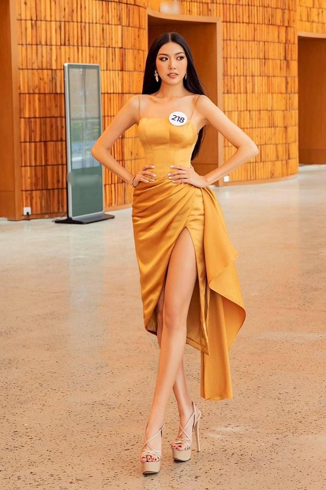 Top sao mặc đẹp nhất tuần qua: Minh Tú - Thanh Hằng đọ sắc trong những gam màu nóng bỏng Ảnh 9