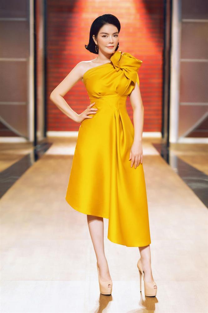 Top sao mặc đẹp nhất tuần qua: Minh Tú - Thanh Hằng đọ sắc trong những gam màu nóng bỏng Ảnh 7
