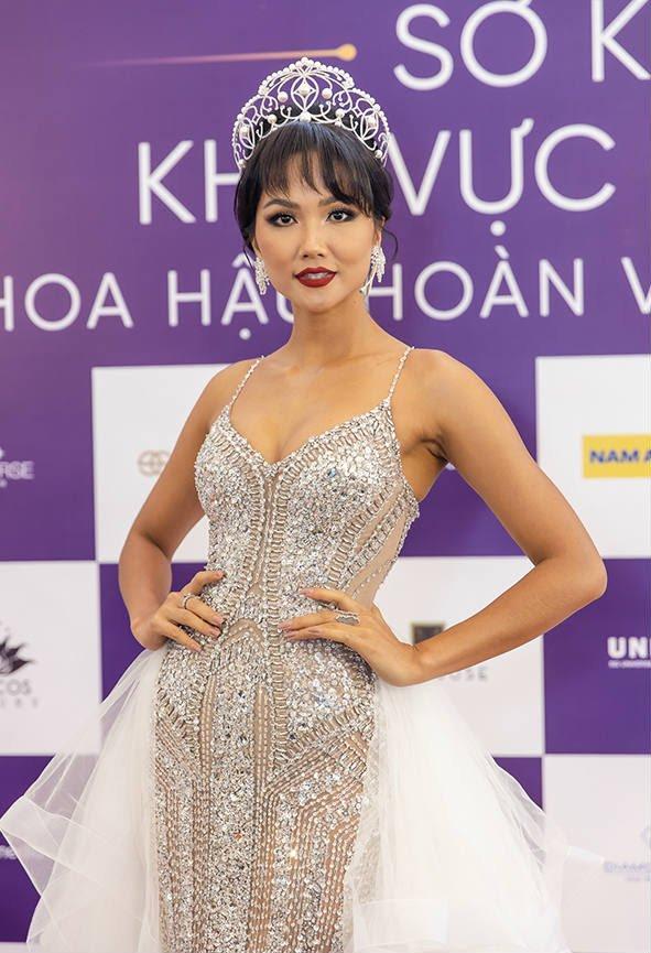 Top sao mặc đẹp nhất tuần qua: Minh Tú - Thanh Hằng đọ sắc trong những gam màu nóng bỏng Ảnh 2