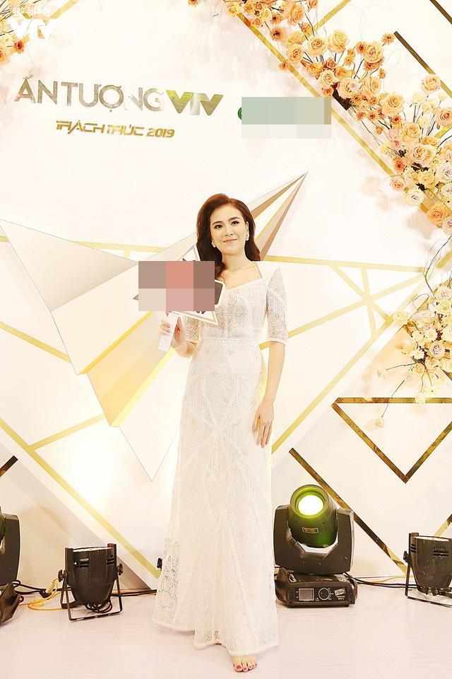 Top sao mặc đẹp nhất tuần qua: Minh Tú - Thanh Hằng đọ sắc trong những gam màu nóng bỏng Ảnh 6