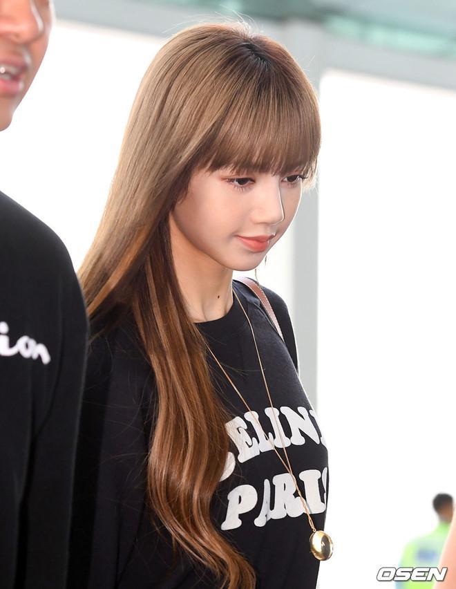 Lisa (Black Pink) khoe vẻ đẹp được ví như búp bê tại sân bay Ảnh 9