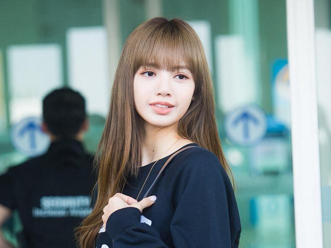 Lisa (Black Pink) khoe vẻ đẹp được ví như búp bê tại sân bay Ảnh 8