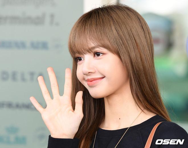 Lisa (Black Pink) khoe vẻ đẹp được ví như búp bê tại sân bay Ảnh 6
