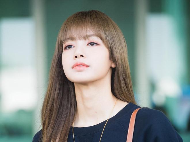 Lisa (Black Pink) khoe vẻ đẹp được ví như búp bê tại sân bay Ảnh 5