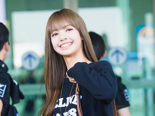 Lisa (Black Pink) khoe vẻ đẹp được ví như búp bê tại sân bay Ảnh 4