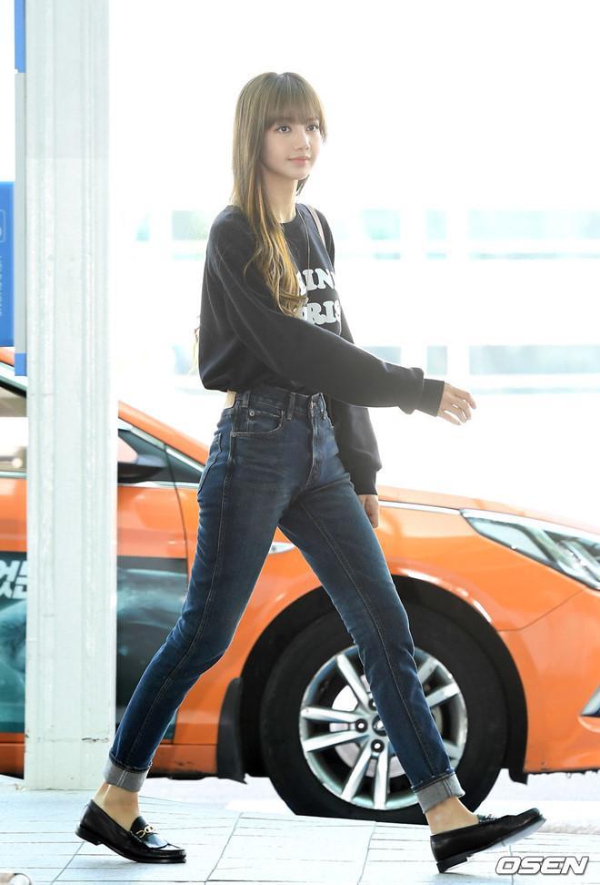 Lisa (Black Pink) khoe vẻ đẹp được ví như búp bê tại sân bay Ảnh 2
