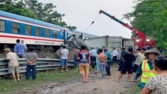 Qua đường sắt không quan sát, xe container bị tàu hỏa đâm gãy đôi Ảnh 1