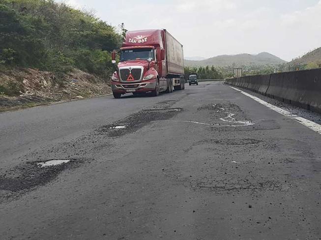 Quốc lộ 1 qua Phú Yên lại như 'áo rách sau mưa' Ảnh 1