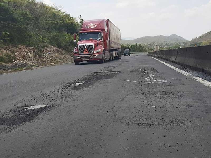 Quốc lộ 1 qua Phú Yên lại như 'áo rách sau mưa' Ảnh 2