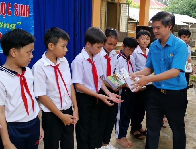 Bình Phước: Tặng 5.400 cuốn tập cho học sinh nghèo Ảnh 1