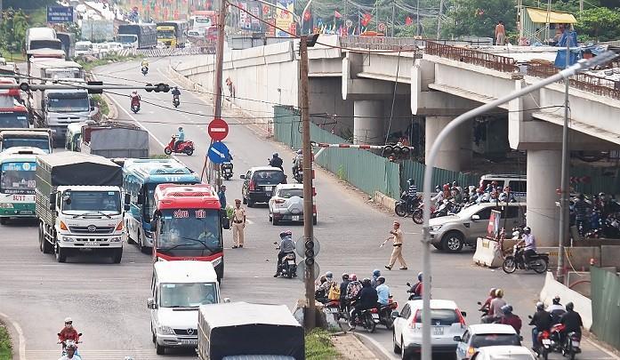 Công trình cầu vượt Dầu Giây dang dở gây mất an toàn giao thông Ảnh 1