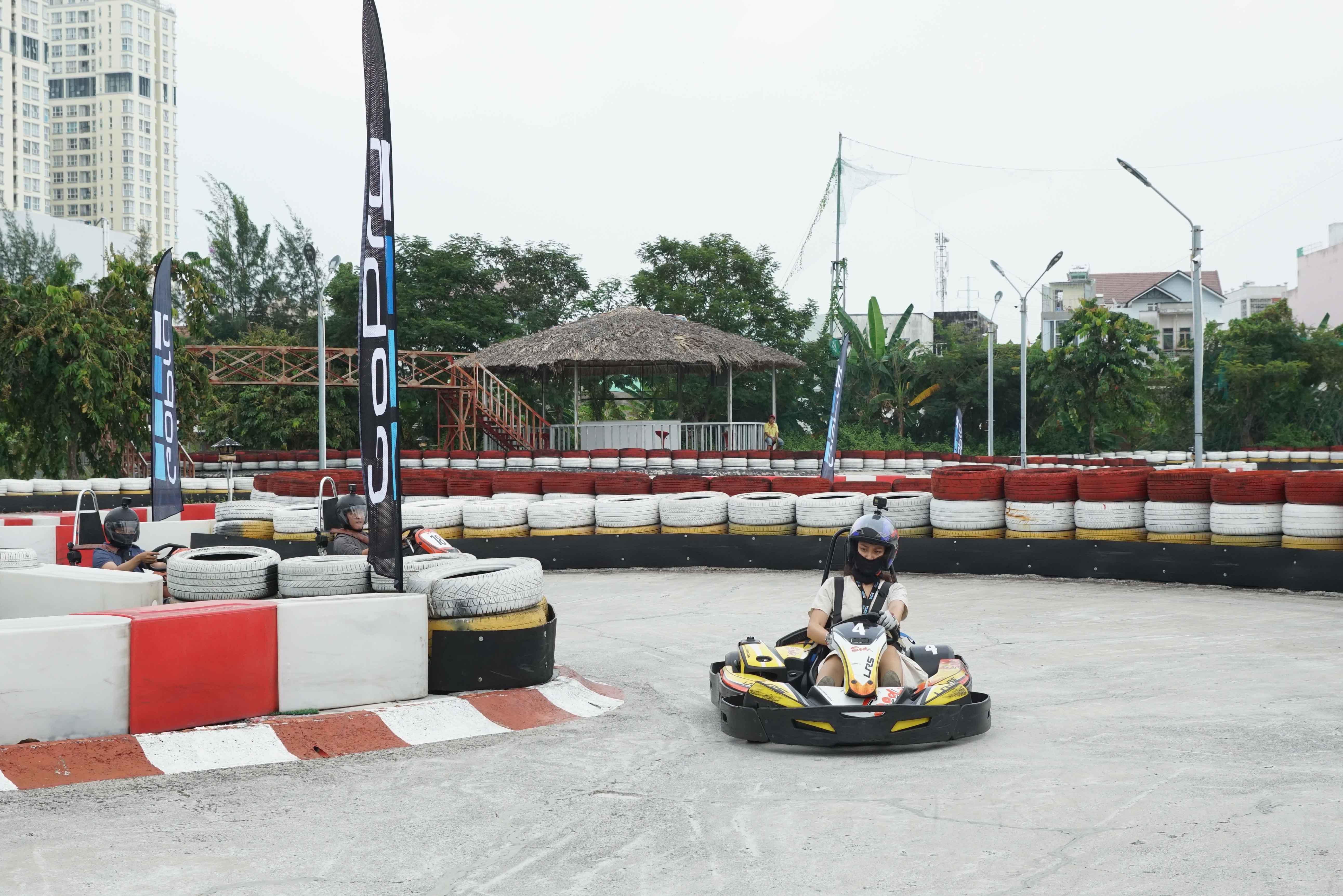 Cuối tuần, giới trẻ Sài Gòn rủ nhau đi đua xe Go-Kart Ảnh 3