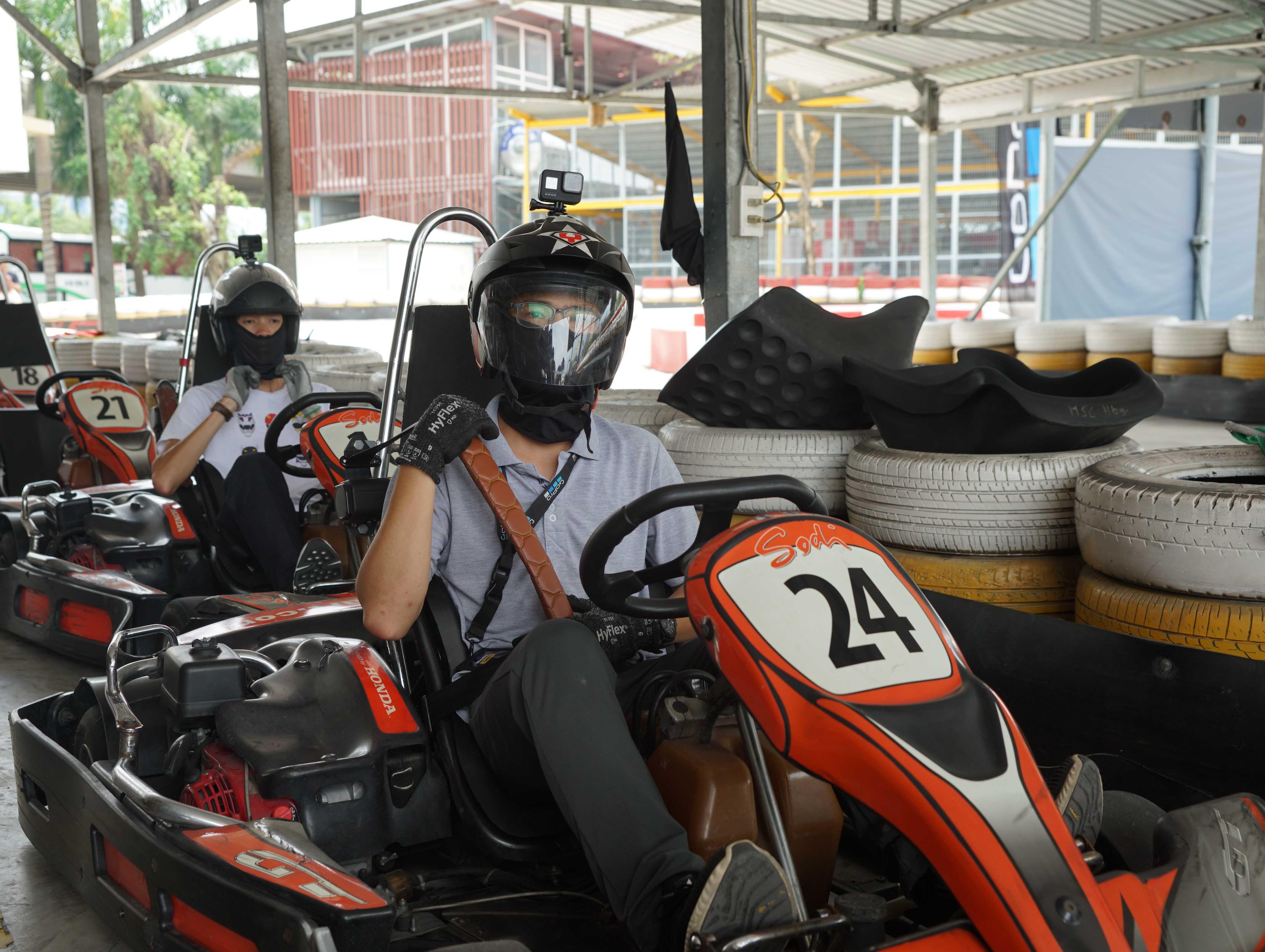Cuối tuần, giới trẻ Sài Gòn rủ nhau đi đua xe Go-Kart Ảnh 2
