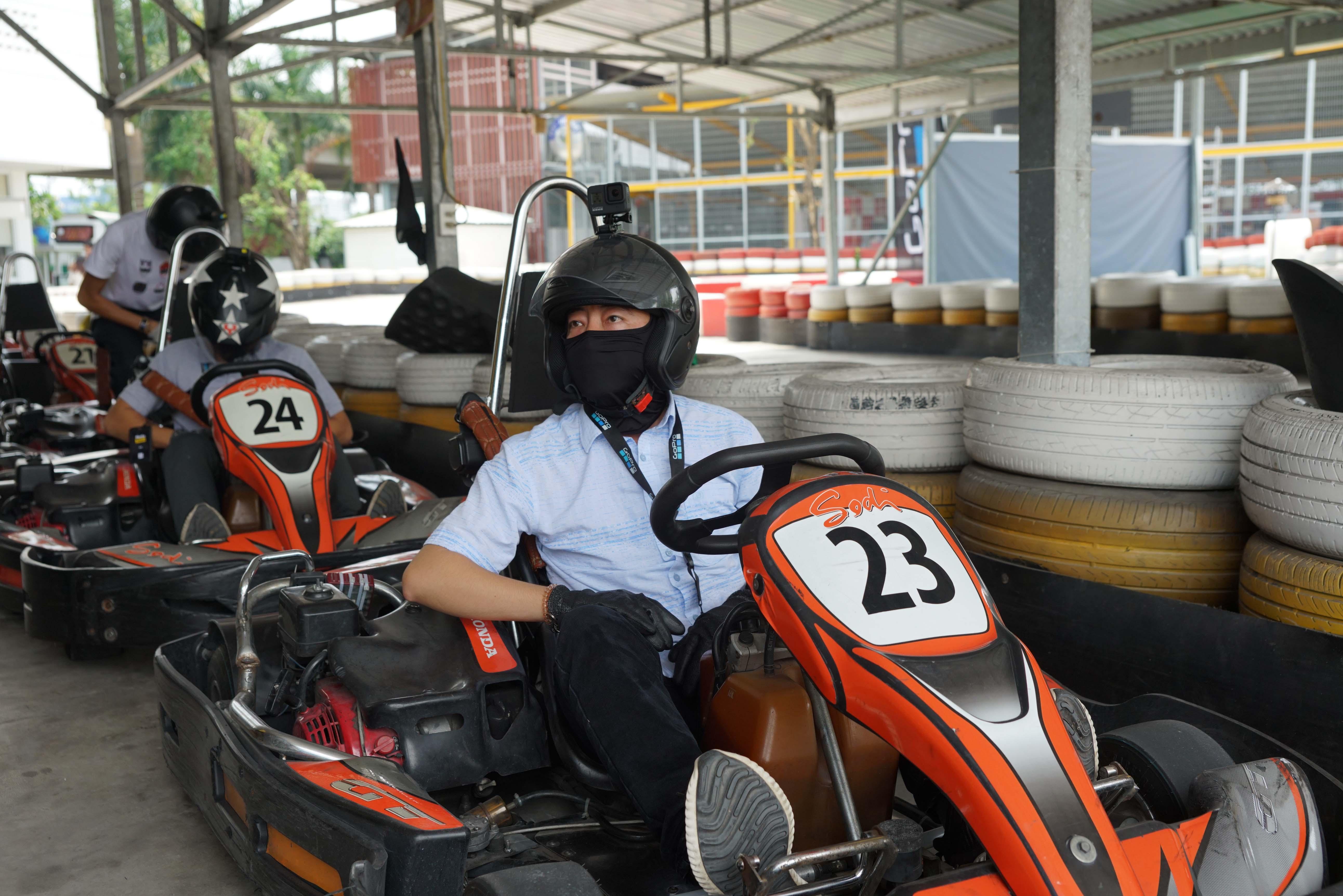 Cuối tuần, giới trẻ Sài Gòn rủ nhau đi đua xe Go-Kart Ảnh 4
