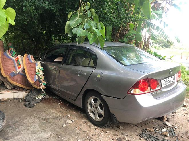 Honda Civic tông sập tường miếu Ông Hổ ở Sơn Trà, 2 người bị thương Ảnh 1