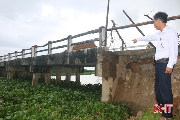 Cầu Đò Bang xuống cấp, xã bất đắc dĩ đổ đất ngăn xe tải trọng lớn Ảnh 2