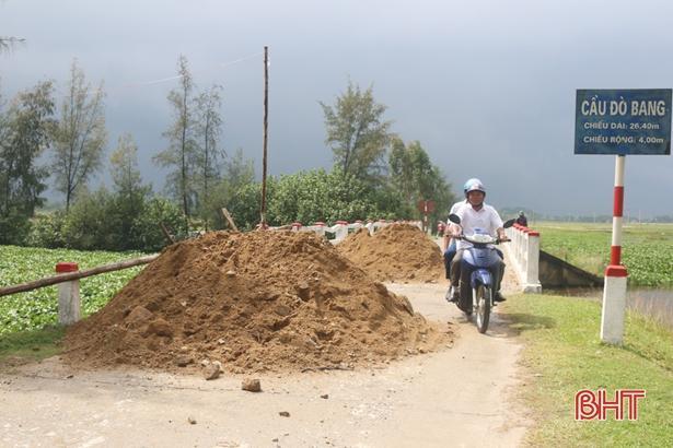 Cầu Đò Bang xuống cấp, xã bất đắc dĩ đổ đất ngăn xe tải trọng lớn Ảnh 1