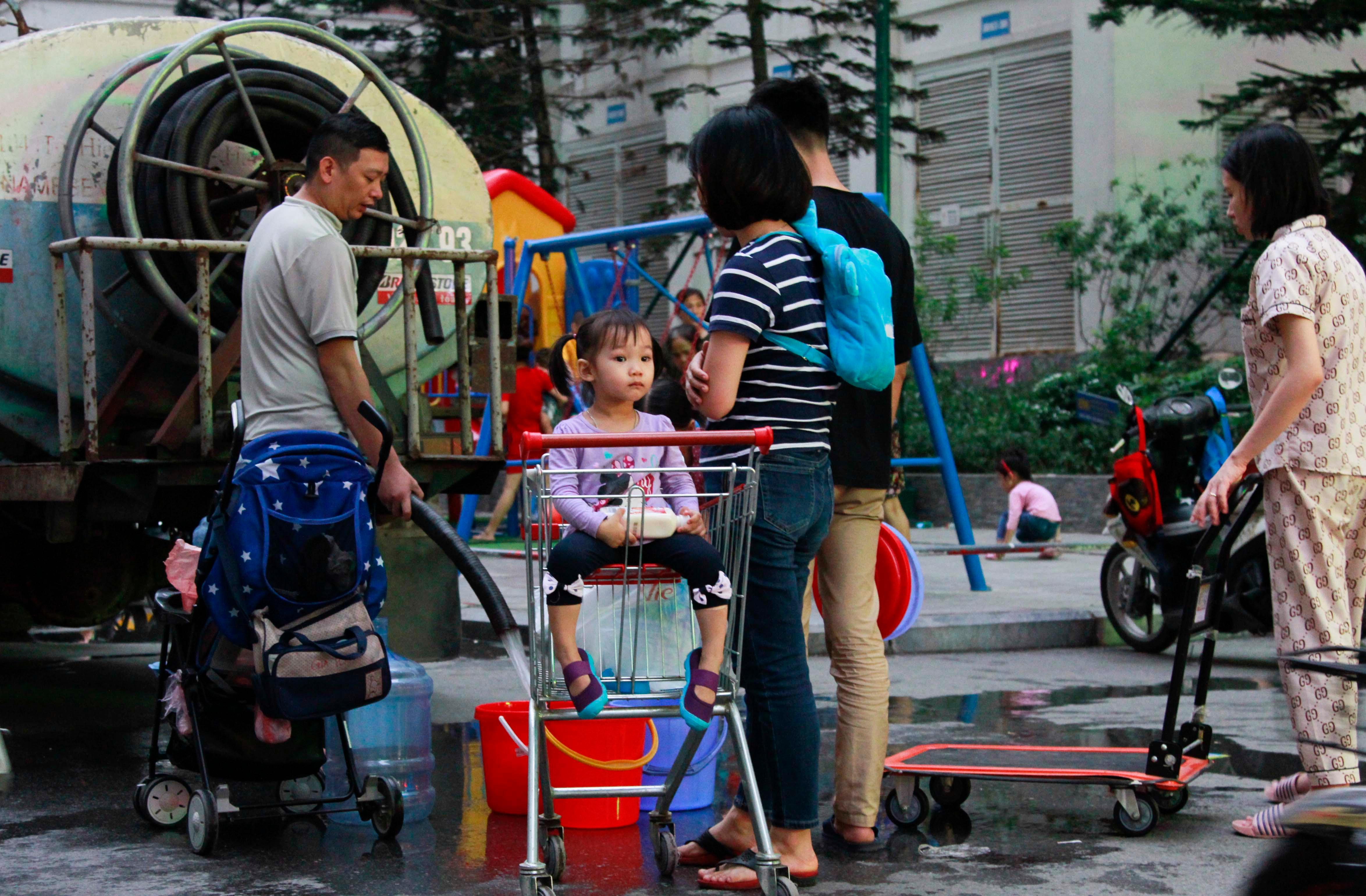 Nước sinh hoạt ở Hà Nội nhiễm chất không tan trong nước Ảnh 1