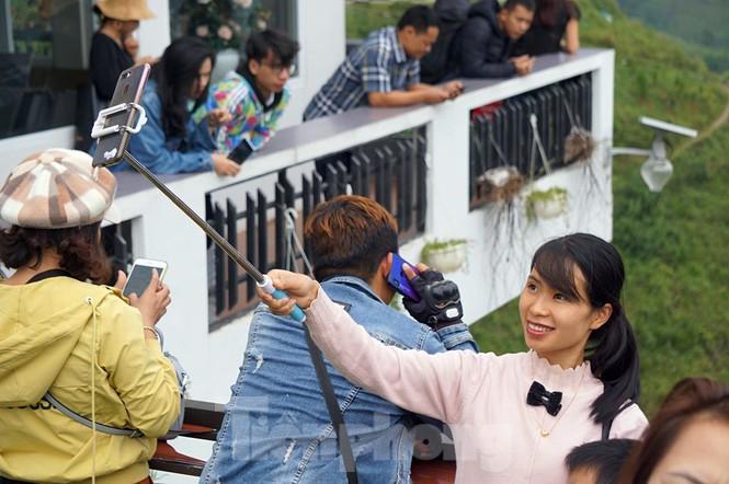 Hàng ngàn du khách 'check in' ở Panorama Mã Pì Lèng giữa lúc đình chỉ hoạt động Ảnh 8