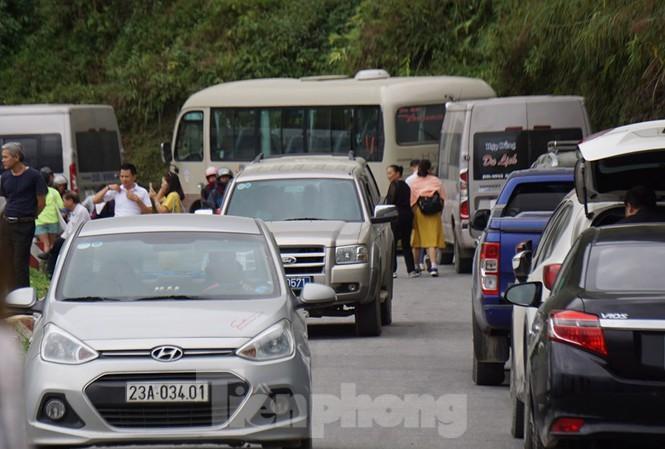 Hàng ngàn du khách 'check in' ở Panorama Mã Pì Lèng giữa lúc đình chỉ hoạt động Ảnh 12