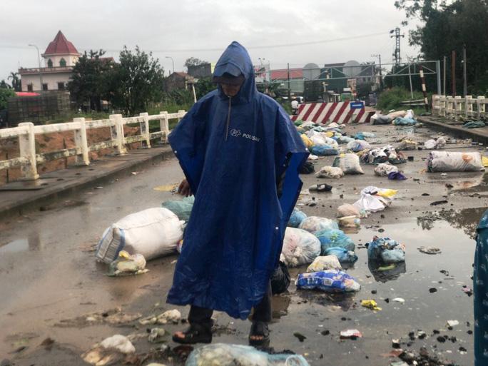 Ngỡ ngàng cảnh người dân lợi dụng nước lũ vô tư vứt rác xuống sông Ảnh 1