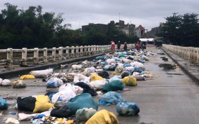 Ngỡ ngàng cảnh người dân lợi dụng nước lũ vô tư vứt rác xuống sông Ảnh 2