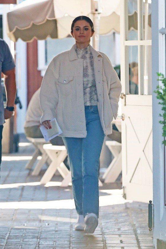Nhí nhảnh như gái mới lớn, Selena Gomez xuống phố với trang phục màu sắc không giống ai Ảnh 7