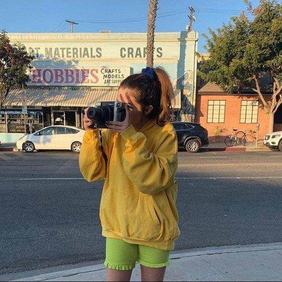 Nhí nhảnh như gái mới lớn, Selena Gomez xuống phố với trang phục màu sắc không giống ai Ảnh 2